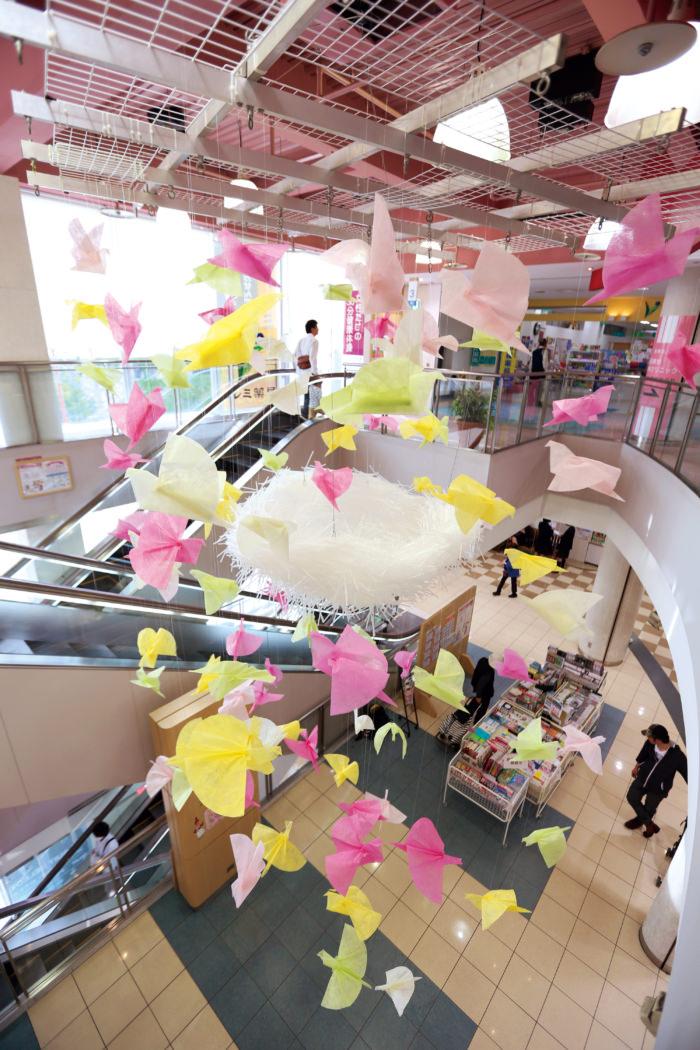 九州産業大学の学生さんがデザイン、制作した春装飾<br /> 撮影:盛高真子/九州産業大学 芸術学部 写真・映像メディア学科